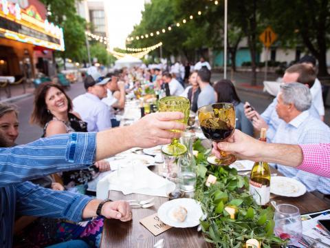 """Geselliges """"Farm-to-Table""""-Event auf der Main Street von Stockton"""