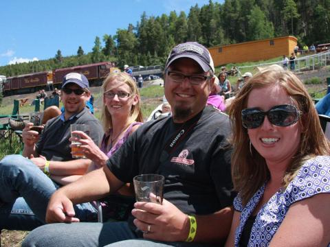 Ein gemütliches Bier nach der Fahrt mit der Rio Grande Scenic Railroad beim Rails& Ales Brewfest in Alamosa, Colorado