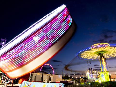 Bunt erleuchtete Fahrgeschäfte auf der Illinois State Fair in Springfield