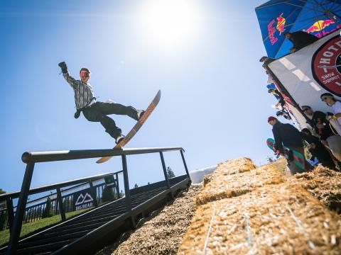 Snowboarder bei Hot Dawgz& Hand Rails in Big Bear Lake, Kalifornien