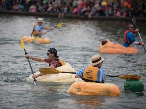 Teilnehmer der West Coast Giant Pumpkin Regatta in ihren schwimmenden Kürbissen in Tualatin, Oregon