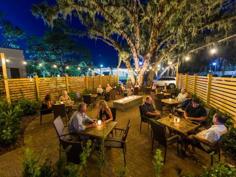 Die Speiseterrasse des Restaurants Lagniappe auf Amelia Island, Florida