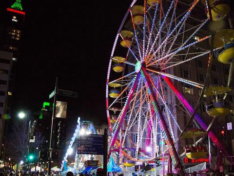 Ein festlich beleuchtetes Riesenrad bei der Neujahrsfeier First Night Raleigh
