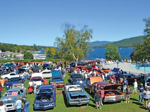 Oldtimer bei der Adirondack Nationals Car Show am Ufer des Lake George, New York