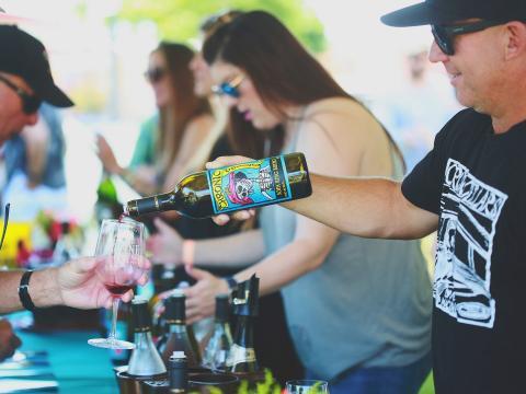 Ausschank von Weinproben beim Wine Festival Weekend in Paso Robles, Kalifornien