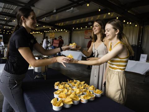 Leckere Kostproben beim Event Taste of Rogers in Arkansas