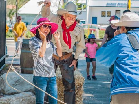 Foto mit einem Cowboy beim Santa Clarita Cowboy Festival in Kalifornien