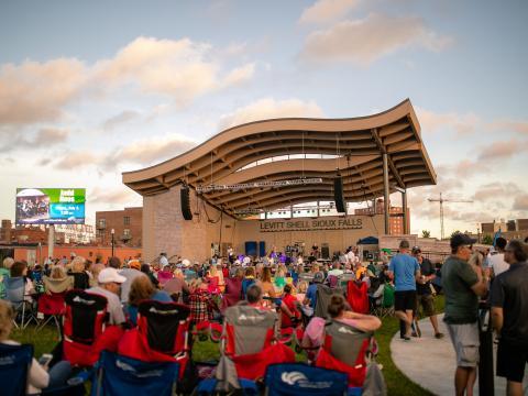 Besucher der Sommerkonzertreihe Levitt at the Falls in Sioux Falls