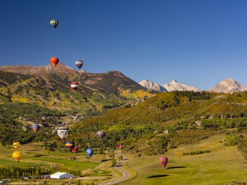 Heißluftballons vor atemberaubender Kulisse beim Snowmass Balloon Festival in Colorado