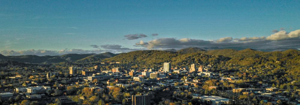 Luftblick auf Asheville, North Carolina, und die Blue Ridge Mountains