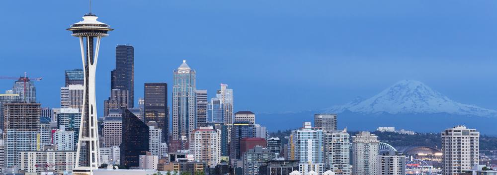 Die Space Needle vor der Skyline von Seattle, Washington